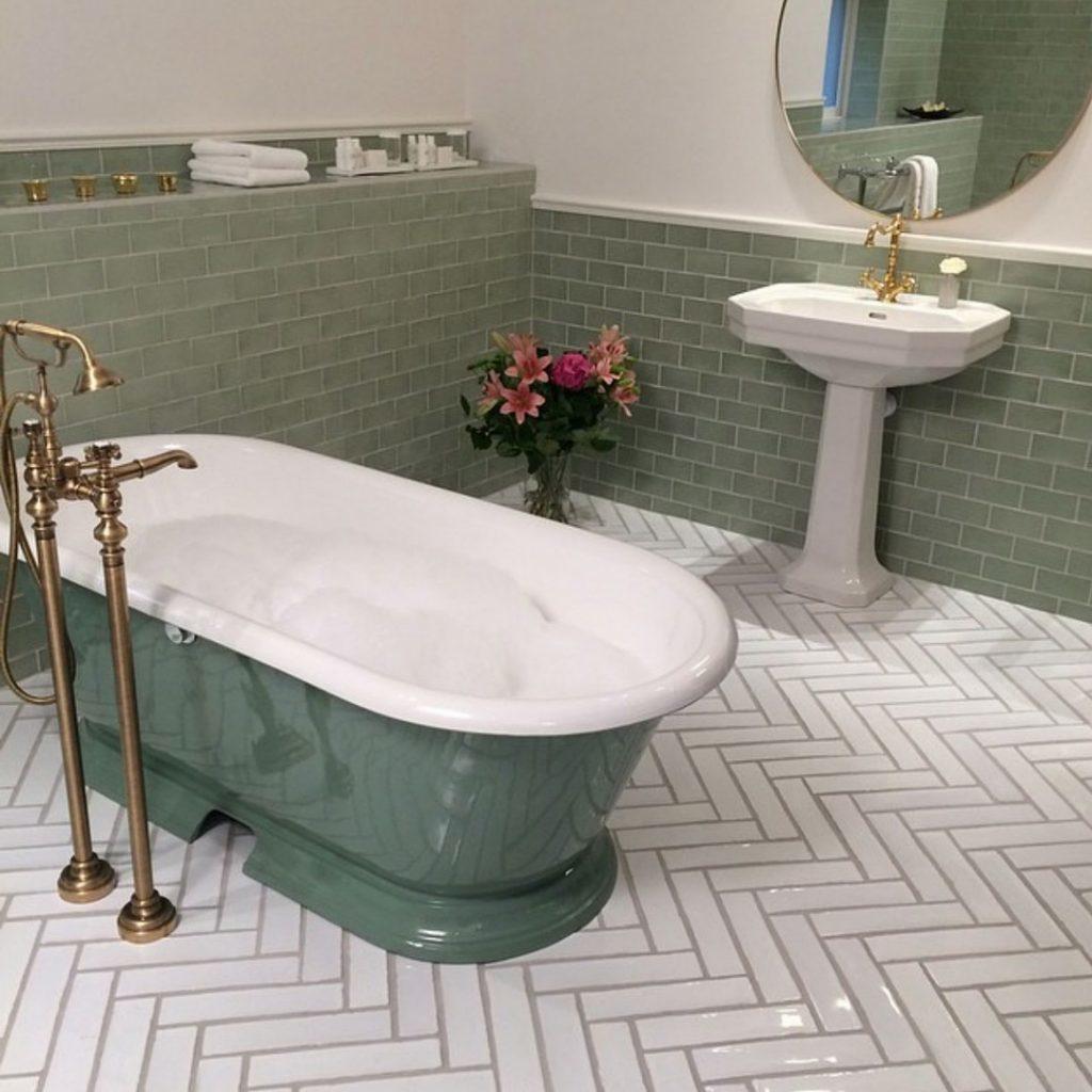 på väggen craquele sage. Bild från www.vargardsaltsjobaden.se underbart spa hotell.